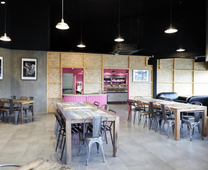 Comme à la maison BOUTIQUE à ANNECY, BOULANGERIE, vue sur l'espace dégustation avec mobilier vintage industriel design d'intérieur réalisé par le STUDIO FOREVER