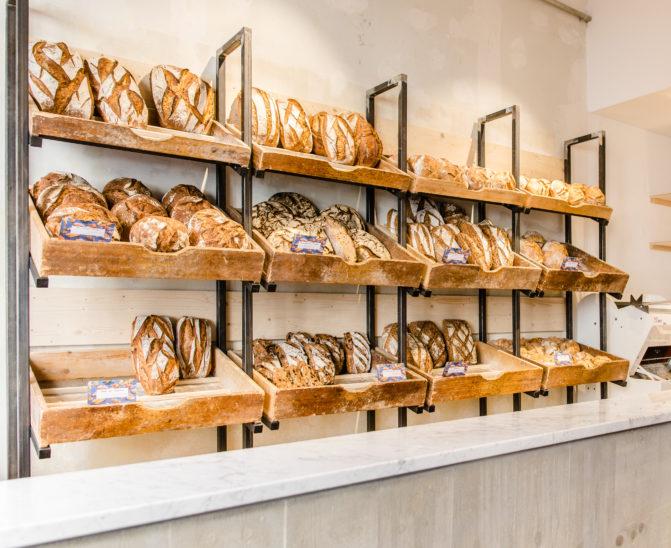 Antoinette Pain et brioche, grille à pain, acier brut bois, vieux casier à pain, studio frvr.