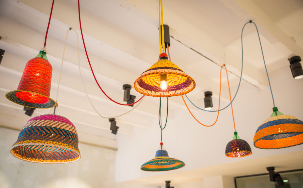 """Boulangerie Antoinette Lustre coloré sur plafond blanc """"PET Lamps"""" par Alvaro Catalán de Ocón, studio frvr."""