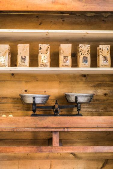 Antoinette Pain et brioche, Armoire vintage, blance, biscuit, revente, packaging craft tampon, studio frvr.