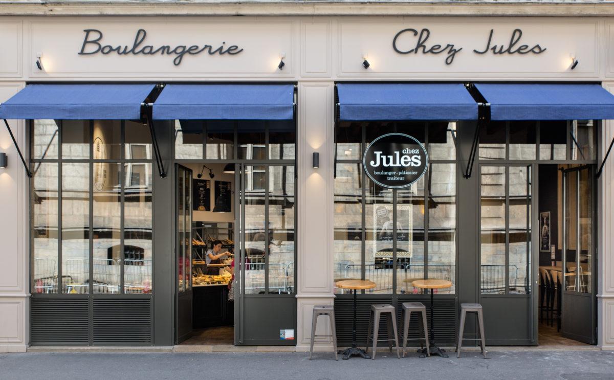 Chez Jules Boulangerie, façade atelier, store banne bleu, boiserie gris souris, terrasse, collaboration Pep's, frvr, Akinai