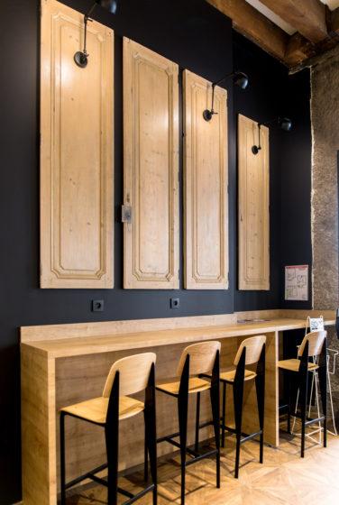 Chez Jules Boulangerie, vue intérieur dur un mange debout en bois massif, porte suspendue chêne collaboration Pep's, frvr, Akinai