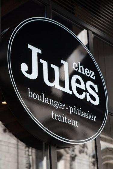 Chez Jules Boulangerie, vue façade, enseigne ronde lumineuse conçu en collaboration Pep's, frvr, Akinai