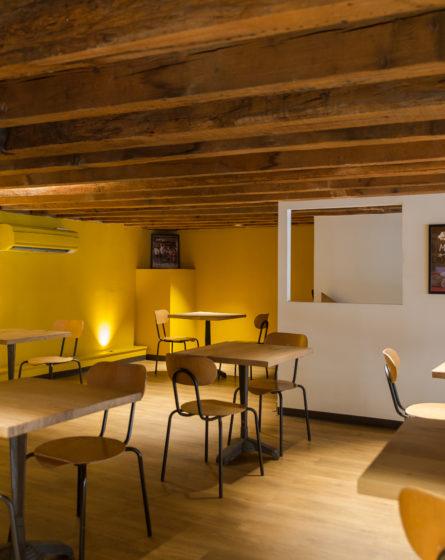 Chez Jules Boulangerie, vue intérieur, mezzanine, poutre chêne, mur blanc, sol parquet chêne collaboration Pep's, frvr, Akinai