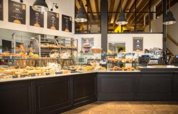 Chez Jules Boulangerie, vue intérieur, vitrine réfrigérée boiserie laqué noir dessus blanc, menu board, suspension esprit loft, mezzanine, sol parquet chêne collaboration Pep's, frvr, Akinai