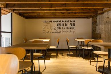 Chez Jules Boulangerie, vue intérieur, mezzanine, poutre chêne, mur avec message adhésif sol parquet chêne collaboration Pep's, frvr, Akinai