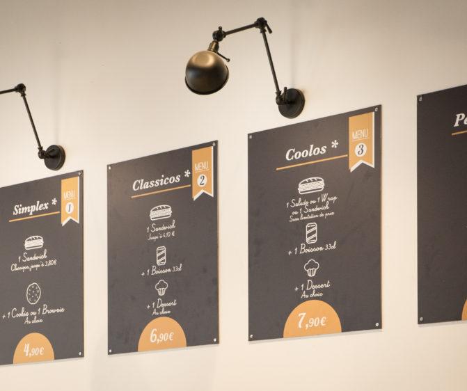 Chez Jules Boulangerie, vue en détail sur les menus board, avec lampe vintage fixé au dessus, conçu en collaboration Pep's, frvr, Akinai