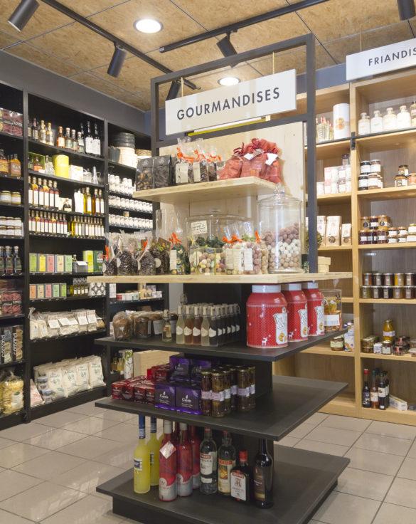 épicerie sur cours à Lyon, vue de détail sur les meubles, bois clair et stratifié noir. Conçu en collaboration, Pep's création et le studio frvr