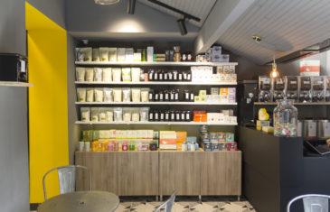 épicerie sur cours à Lyon, vue intérieur sur le salon de thé, étagère à thé, comptoir noir. Conçu en collaboration, Pep's création et le studio frvr