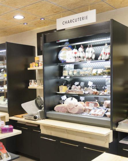 épicerie sur cours à Lyon, vue de détail sur la gondole réfrigérée ouverte pour exposer les viandes, jambons et saucissons. Meuble froid laqué noir. Conçu en collaboration, Pep's création et le studio frvr