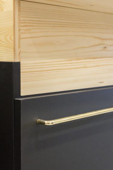 épicerie sur cours à Lyon, vue de détail sur un tiroir, laquage noir, tube laiton doré, panneau de bois trois pli pin douglas. Conçu en collaboration, Pep's création et le studio frvr