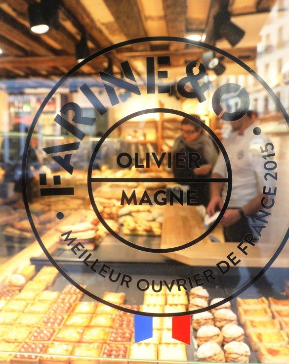 Farinéo boulangerie à Paris, vitrophanie Olivier Magne MOF, design en collaboration Pep's et le Studio Frvr.