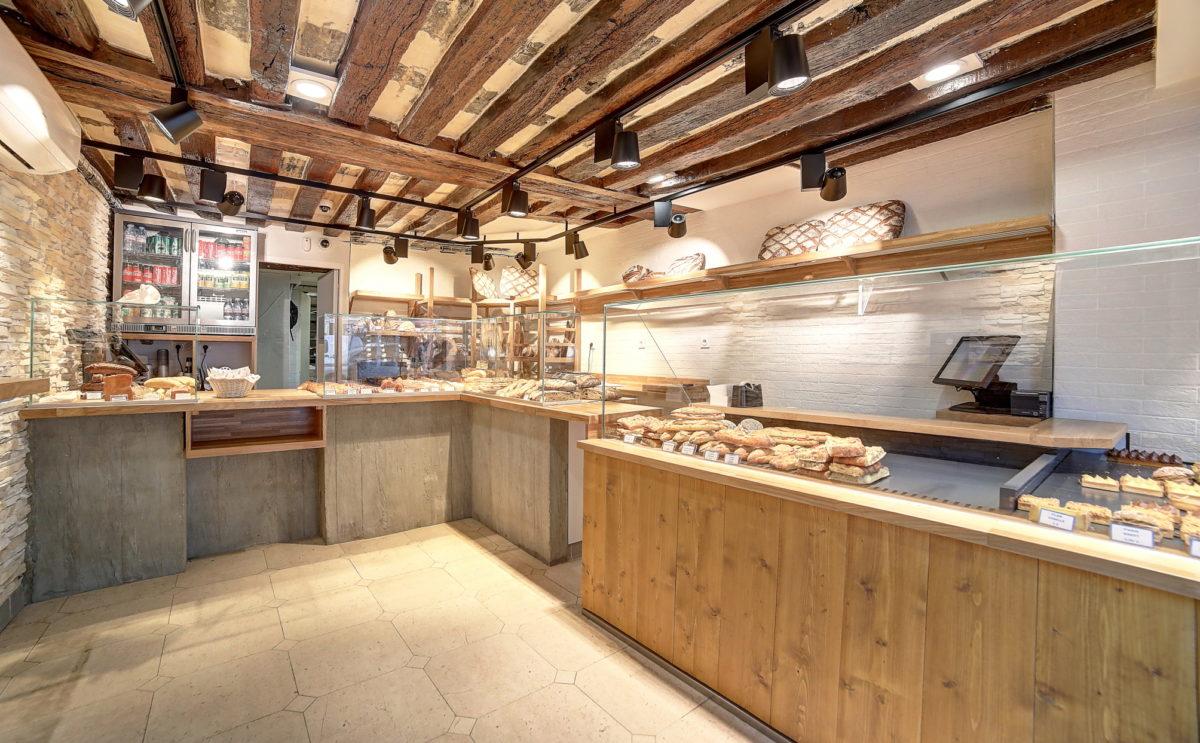 Farinéo boulangerie à Paris, vue intérieur générale, vitrine bois et béton, plafond poutre existante, design en collaboration Pep's et le Studio Frvr.