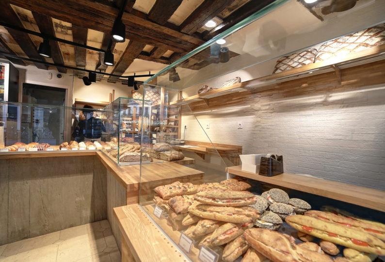 Farinéo boulangerie à Paris, vue intérieur détail de vitrine, dessus en bois, poutre apparente, design en collaboration Pep's et le Studio Frvr.