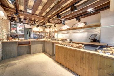 Farine&o boulangerie à Paris, vue intérieur générale, vitrine bois et béton, plafond poutre existante, design en collaboration Pep's et le Studio Frvr.