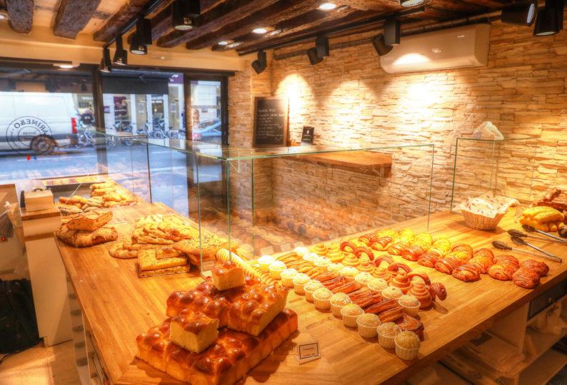 Farinéo boulangerie à Paris, vue générale intérieure, brioche dorée, design en collaboration Pep's et le Studio Frvr.
