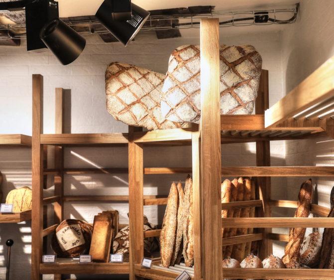 Farinéo boulangerie à Paris, vue de détail du meuble à pain en bois avec clayette, design en collaboration Pep's et le Studio Frvr.