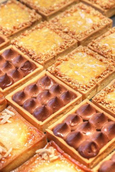 Farinéo boulangerie à Paris, vue de détail sur la pâtisserie boulangère, tartes carrés, Olivier Magne , design en collaboration Pep's et le Studio Frvr.