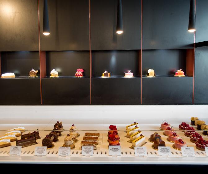 Pâtisserie Guillaume France à Lunel, vue en détail de la vitrine pâtisserie, entremet avec éclaire focus sur le produit, boutique conçue à Lyon par l'agence de design frvrv.