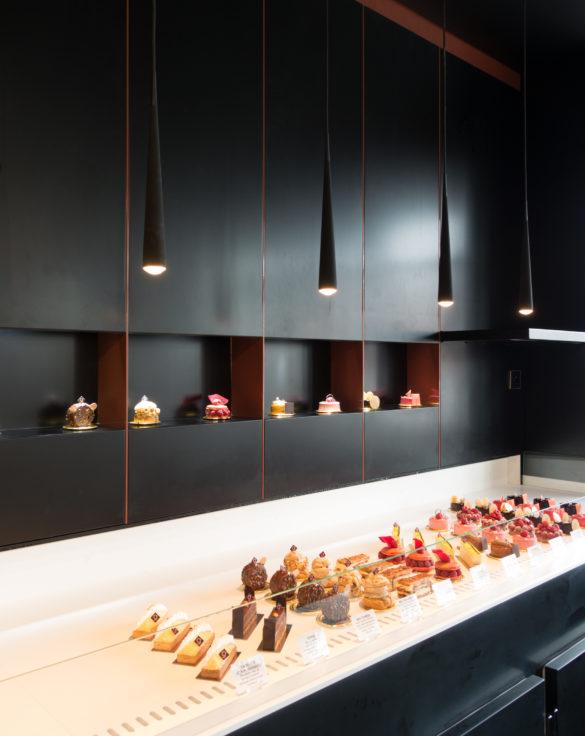 Pâtisserie Guillaume France à Lunel, vue en détail de la vitrine entremet pâtisserie individuellle, boutique conçue à Lyon par l'agence de design frvr.