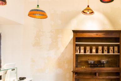 Design de boutique - Boulangerie Antoinette mur brut poncé et vernis meuble vintage balance luminaire coloré, studio frvr.