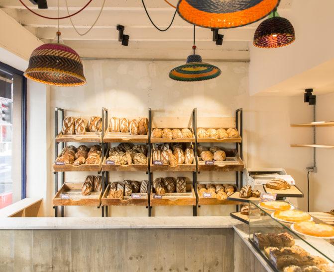 concept de boulangerie Antoinette grille à pain en acier brut, béton banché avec marbre de carrare, studio frvr.