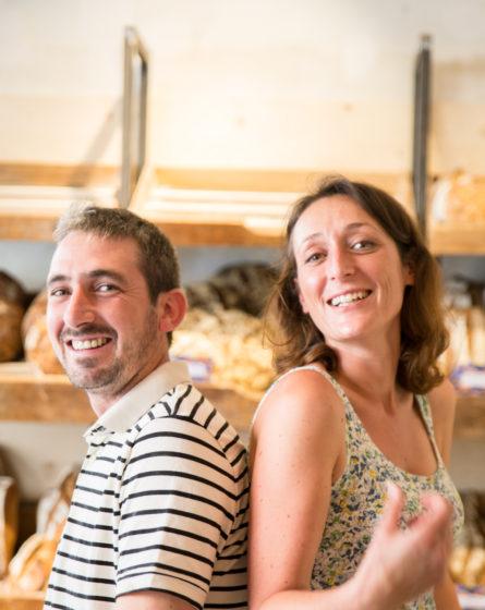 Boulangerie Antoinette portrait des boulangers et fondateurs, marinière devant la grille à pain, studio frvr.