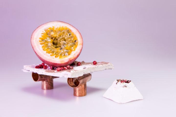 photo shooting culinaire workshop cuivre béton fruit exotique poivre rouge pyramide béton par le studio frvr