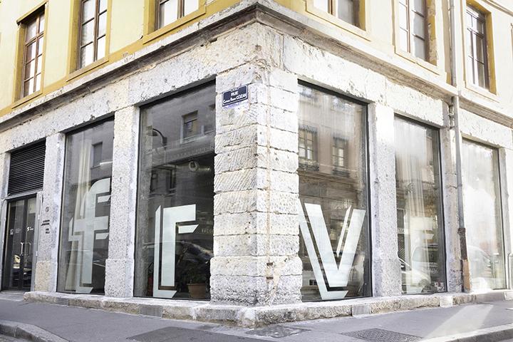 façade studio rue cluzan lyon 7 enseigne peinte sur la vitrine