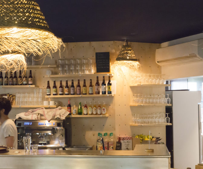 mroc bloc et bistrot espace bar et arrière bar machine à café lustre suspension en jonc de mer tressé architecture design d'espace studio frvr