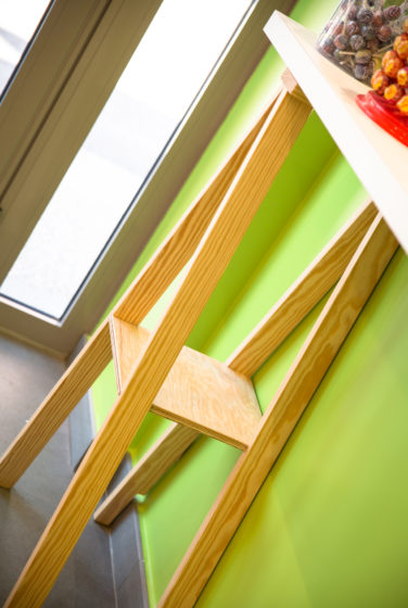 boutique copaline détail tréteaux mange debout sur mur vert