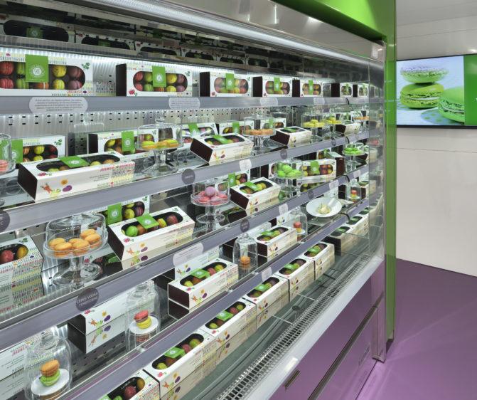 boutique macarons gourmands Yannick Lefort vitrine murale présentation macaron salé box écran conception studio frvr