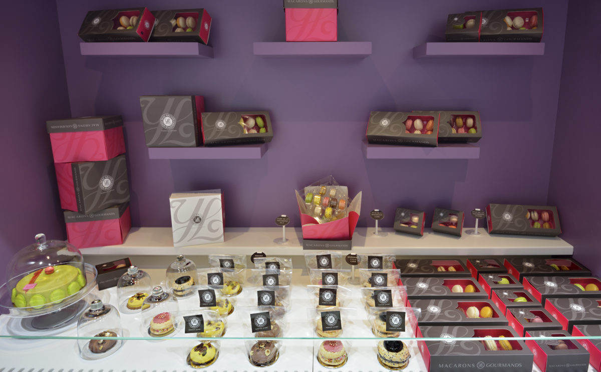 boutique macarons gourmands Yannick Lefort vitrine murale présentation macaron box conception studio frvr