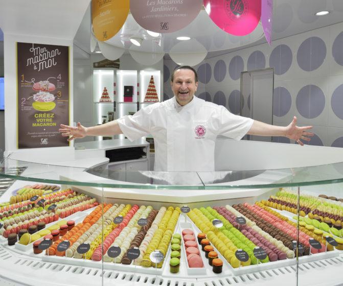 boutique macarons gourmands yannick lefort vitrine circulaire présentation macaron conception studio frvr