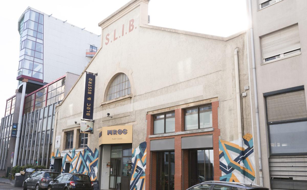 mroc bloc et bistro extérieur façade enseigne drapeau graffiti conception studio frvr