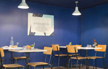 mroc bloc et bistrot restaurant mur bleu lampe béton tables et chaises conception studio frvr