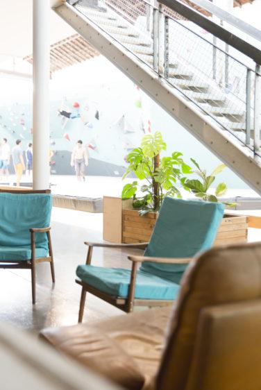 mroc bloc et bistrot menu restaurant vue sur mur d'escalade fauteuil turquoise conception studio frvr