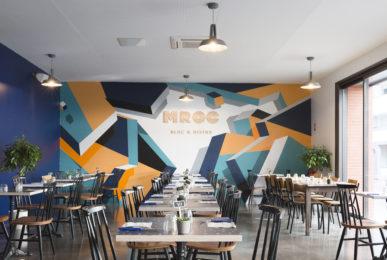mroc bloc et bistrot restaurant mur graffiti logo en bois conception studio frvr
