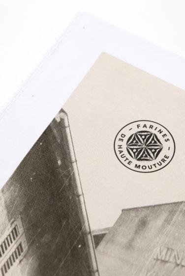 brochure graphisme Vuillermet Savoie journaux tampon sur photo vintage
