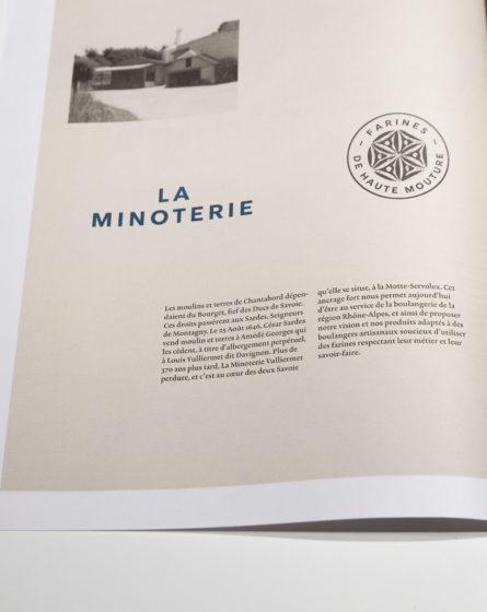 brochure graphisme Vuillermet Savoie journaux ouverts photo typo tampon