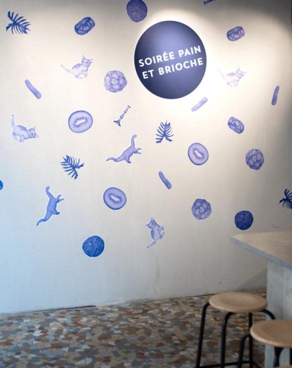 sticker bleu sur mur blanc visuel