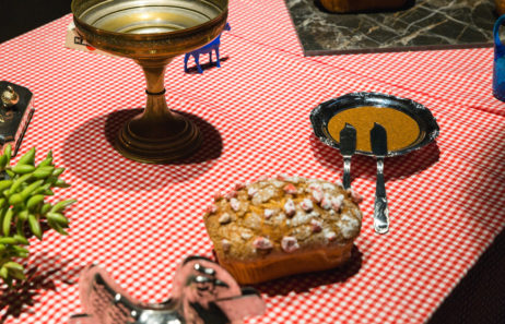 Scénographie soirée inauguration Antoinette pain et brioche détail sur table nappe vichy praliné cocotte