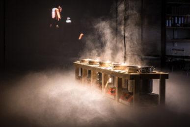 scénographie soirée cuisign Chaud bouillon marmite réchaud meuble bois fumée lourde conception et mise en scène studio frvr