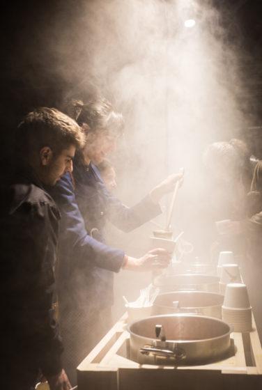 scénographie soirée cuisign Chaud bouillon libre service marmite ambiance fumée lourde conception et mise en scène studio frvr