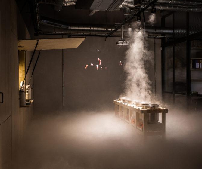 scénographie soirée cuisign Chaud bouillon meuble bois marmite ambiance fumée lourde conception et mise en scène studio frvr
