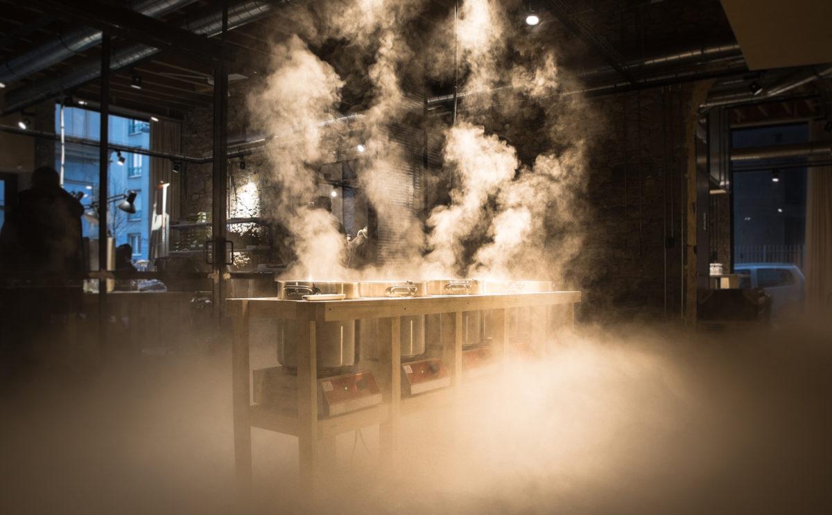 scénographie soirée cuisign Chaud bouillon ambiance fumée lourde meuble bois marmite conception et mise en scène studio frvr