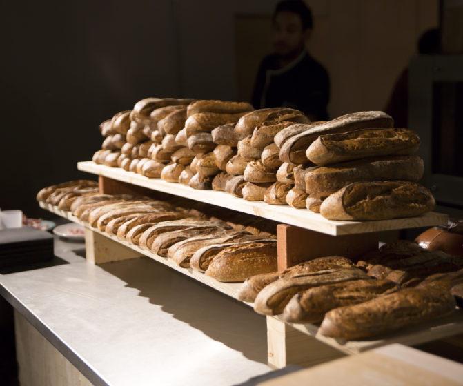 Scénographie soirée jambon beurre présentation pain étagère conçu par le studio frvr