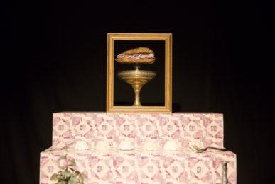 Scénographie soirée jambon beurre cadre escalier coupe dorée sandwich conçu par le studio frvr