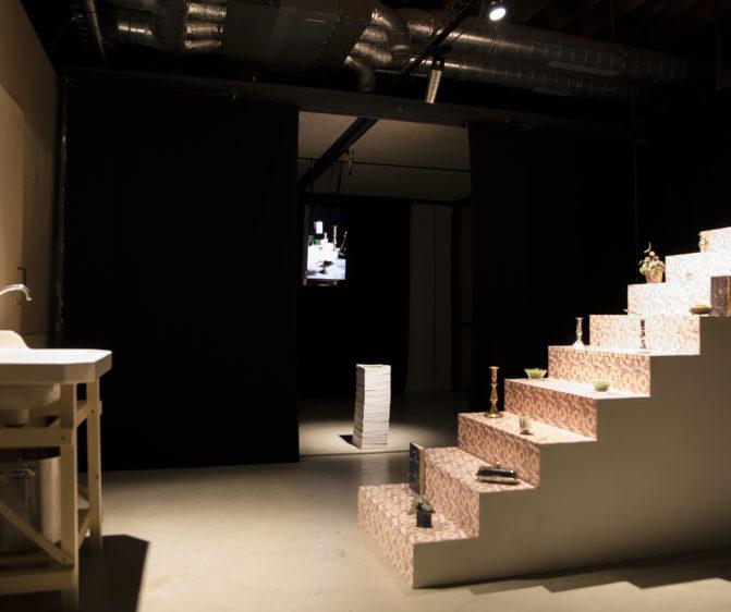 Scénographie soirée jambon beurre vue général soirée gastro escalier évier vidéo scénographie par le studio frvr
