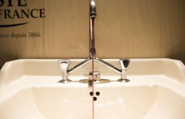 Scénographie soirée jambon beurre robinet à vin rouge scénographie par le studio frvr